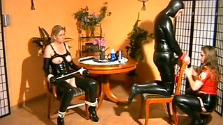Latex Dominatrix bonks sub pair