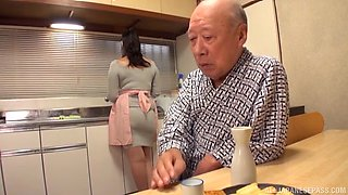 Busty Nonami Shizuka pleases an old guy by playing with his dick