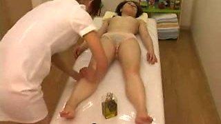 Massage hidden camera filmed a slut giving handjob
