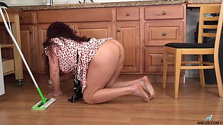 Mature cleaning lady Amanda Ryder is masturbating pussy on the table